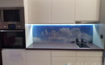 Szklane panele kuchenne – jako modny i praktyczny dodatek do wystroju
